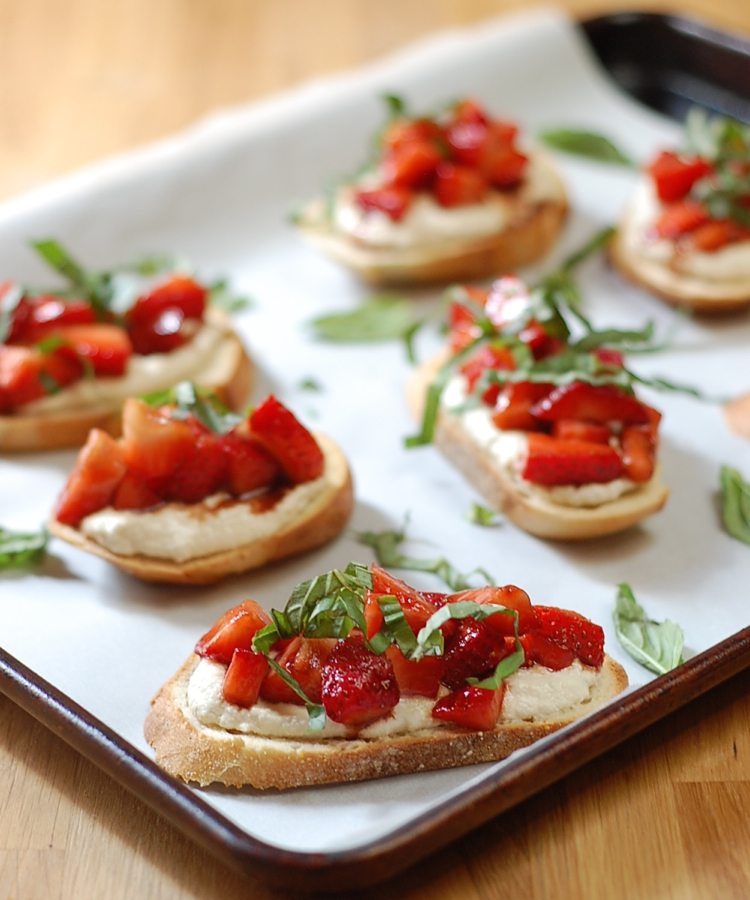 Vegan strawberries and cream bruschetta